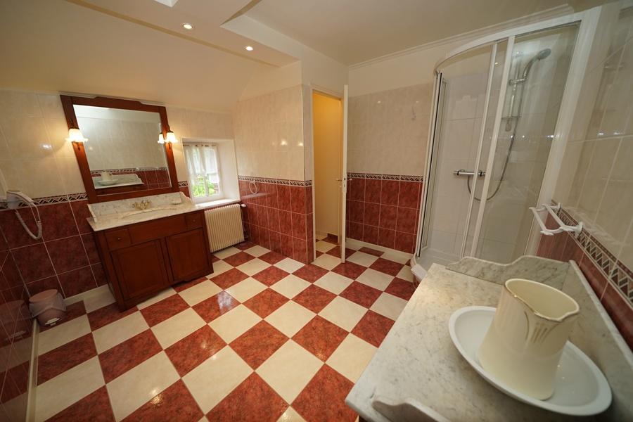 salle de bains, chambre prune gîte la palombiere