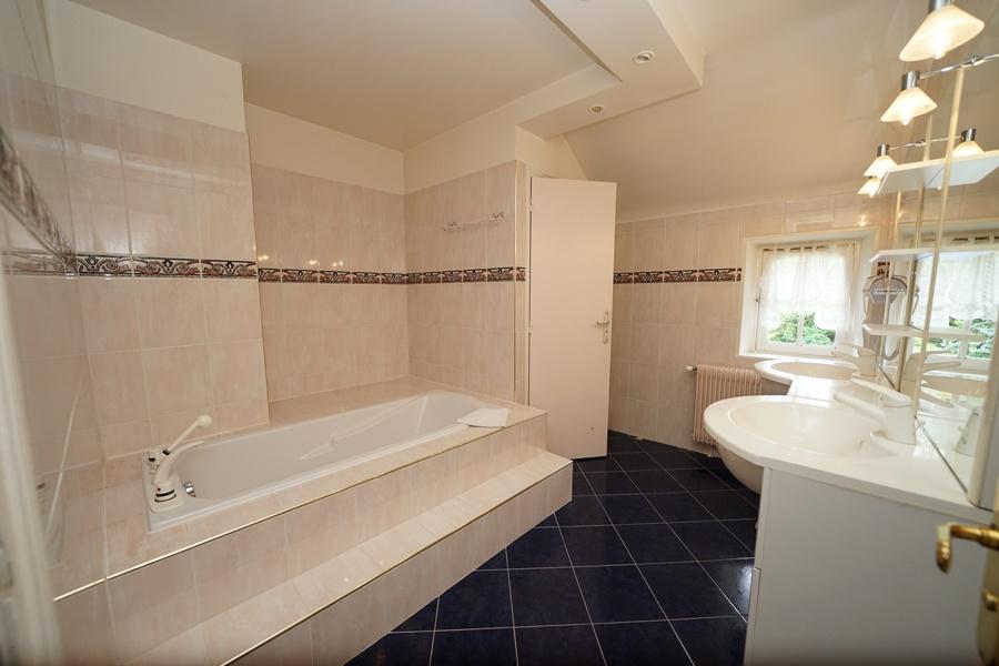 salle de bains, chambre coloniale, gîte la palombiere